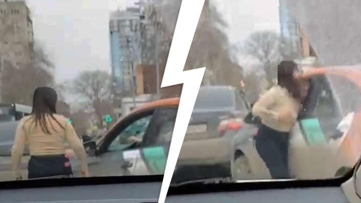 «Боевая леди»: в Самаре девушка напала на водителя каршеринга