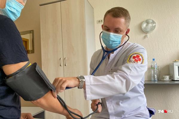 По словам Сергея Черепенина, сердечникам нужно прививаться обязательно, потому что это самая серьезная группа риска по смертельным осложнениям коронавирусной инфекции