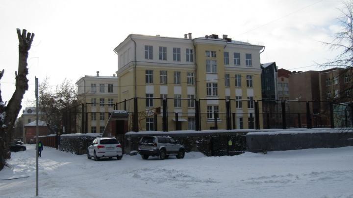 Есть признаки кишечной инфекции: в школе в центре Екатеринбурга заболели дети