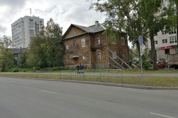 Дом на Выуческого, 37 уже давно привлекает внимание прохожих. Здание держится только благодаря подпоркам