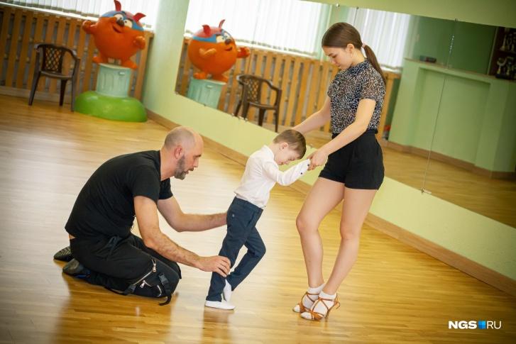На тренировках Сергею помогают ученики постарше
