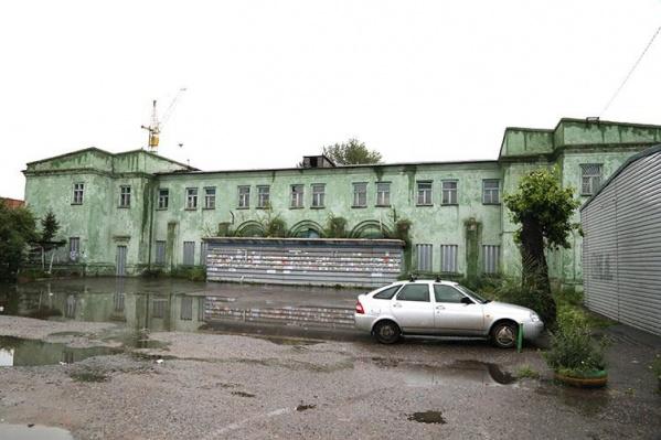 """Это здание с земельным участком на Индустриальной стоит <nobr class=""""_"""">12,6 миллиона</nobr> рублей"""