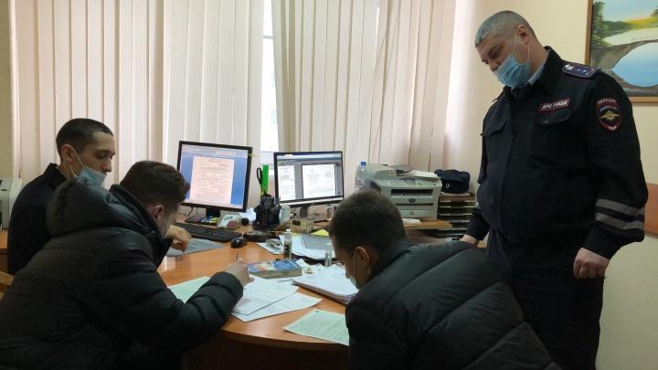 Доигрались: полицейские нашли парней, которые перекрыли проспект Ленина ради партии в шахматы