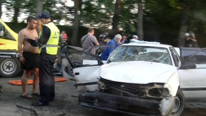 На Петухова столкнулись два автомобиля — пострадало несколько человек