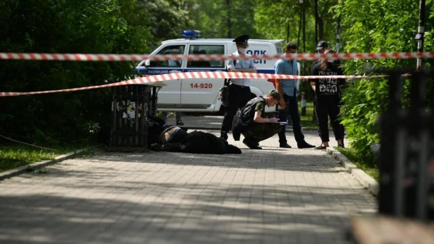 В сквере Екатеринбурга мужчина с ножом напал на людей. Трое погибли