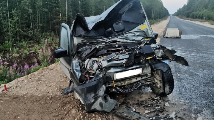 Двое жителей Архангельской области погибли при столкновении автомобиля с экскаватором