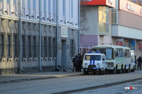 Теракт в здании ФСБ Архангельской области произошел два года назад, но уголовные дела на комментировавших это происшествие не закрыты до сих пор