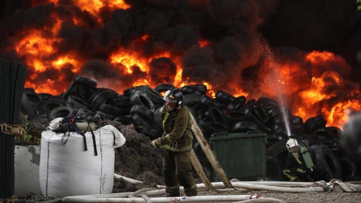 На новосибирском заводе начался пожар — дым видно из других районов