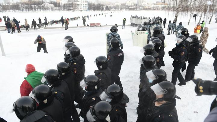 На екатеринбурженку составили протокол за то, что она читала закон «О полиции» сотрудникам полиции