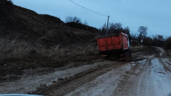 «Детям не проехать в школу»: в Ярославской области люди пожаловались на разбитую дорогу