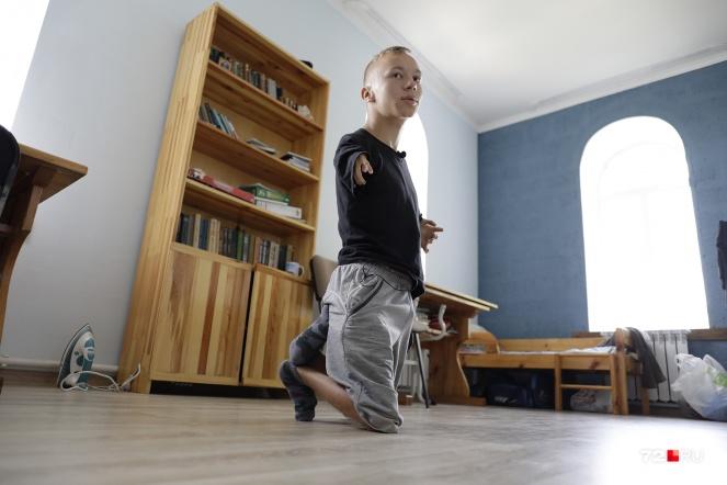 Спит Серафим в комнате с братом. На заднем фоне — его маленькая кровать