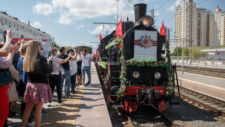 «Жарко тут у вас»: в Волгоград прибыл уникальный ретропоезд на паровой тяге