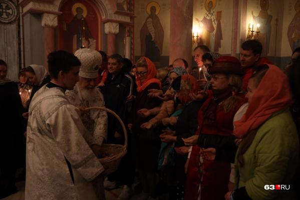 Получить освященное яйцо из рук митрополита Сергия хотели многие прихожане