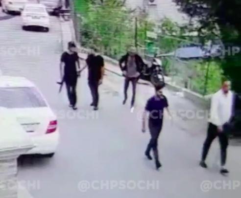 В Сочи участники дорожного конфликта устроили драку со стрельбой