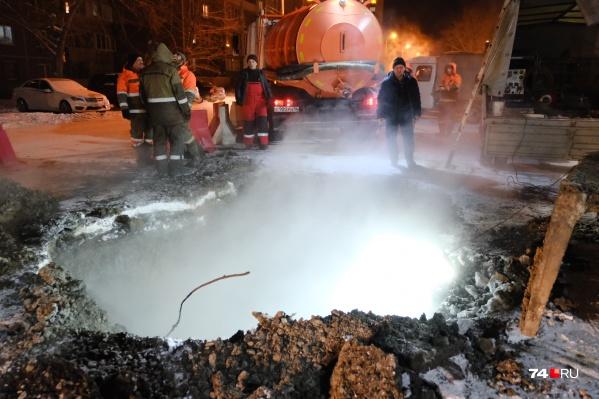 """Авария произошла в районе дома <nobr class=""""_"""">№ 17</nobr> по улице Винницкой, там проходит труба отопления диаметром в 400 миллиметров"""