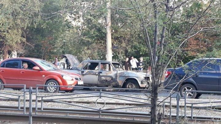На юге Волгограда сгорела старая «Волга»