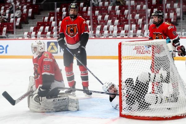 Команда «Кузнецкие медведи» сегодня провела первый из двух выездных матчей в Омске
