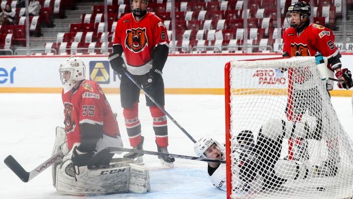 Новокузнецкий хоккеист получил черепно-мозговую травму в матче с «Омскими ястребами»