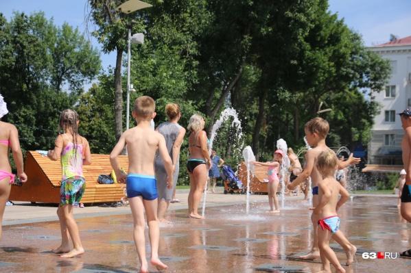 В жаркие дни «сухие» фонтаны на площади Славы пользуются популярностью у детей и взрослых