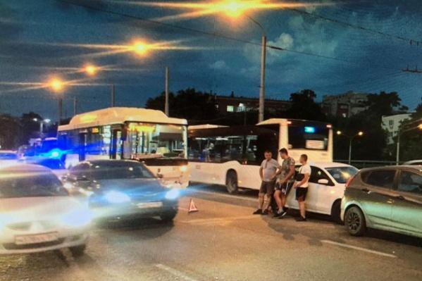 Автобус влетел в иномарку, которую отбросило еще на один автомобиль