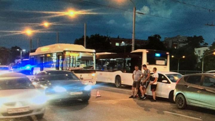 В Ростове автобус № 71 устроил тройное ДТП на мосту. Пострадали два человека