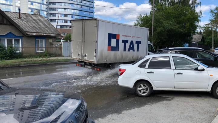 В Пионерском из-под асфальта забила вода. Публикуем видео и рассказываем, что произошло