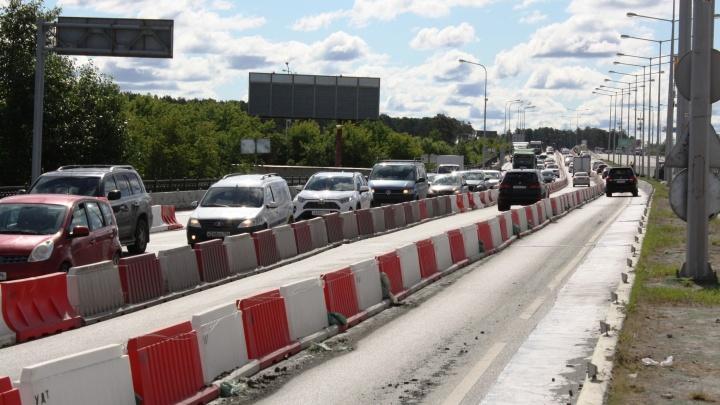 Водителям, изнывающим в пробках перед мостом на Луганской, расширили дорогу