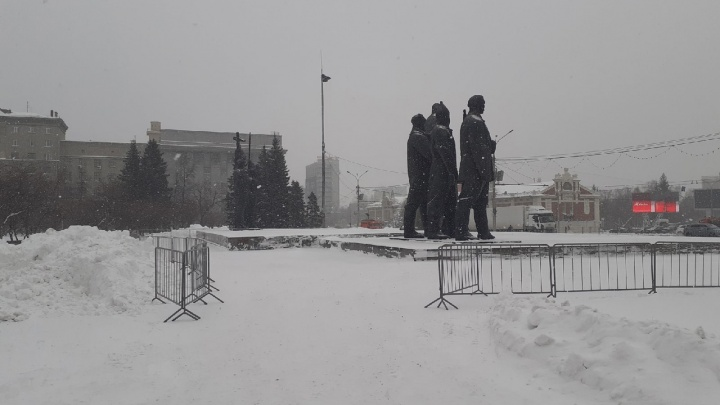 Центр Новосибирска вновь огородили. Показываем, что сейчас происходит на площади Ленина