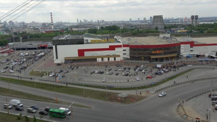 В Екатеринбурге торговцев с рынка «Таганский ряд» вывели на улицу