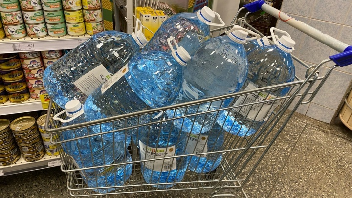 До отключения — совсем немного: сколько стоят пятилитровые бутылки воды в магазинах Архангельска