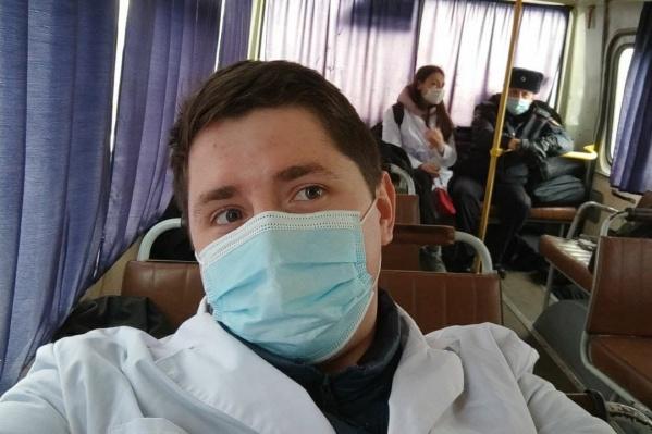 Артем Борискин снимает селфи в автобусе. На заднем плане с полицейским сидит Валерия Меркулова