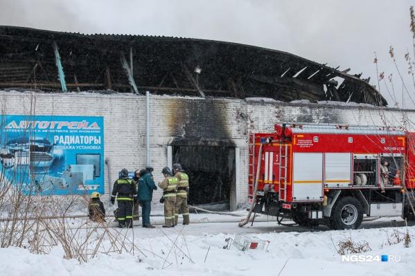 В результате пожара у склада обрушилась крыша