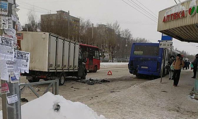 «Ни метра нормальной дороги»: в Ярославле произошло более 10ДТП с участием общественного транспорта
