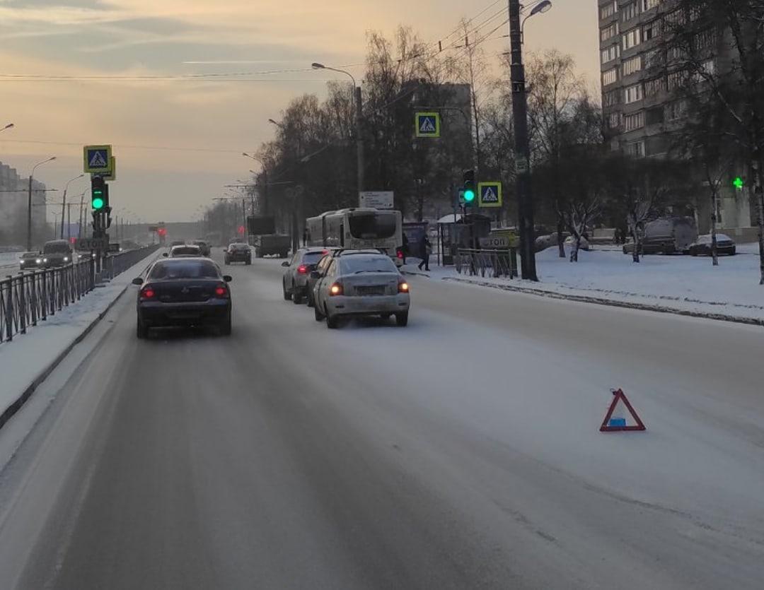 <br>На проспекте Большевиков в сторону улицы Крыленко «паровозик» из трёх машин<br>