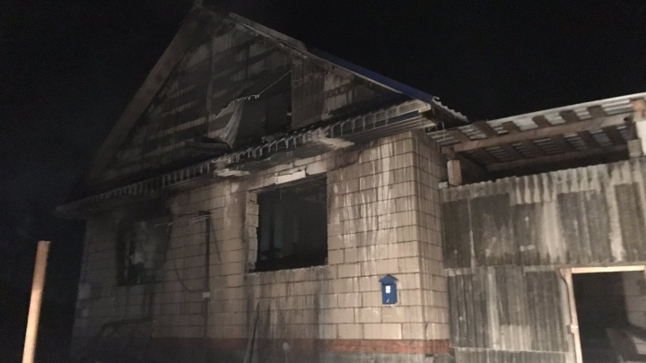 Четырехлетний мальчик умер по пути в больницу. В МЧС рассказали подробности ночного пожара в Орде