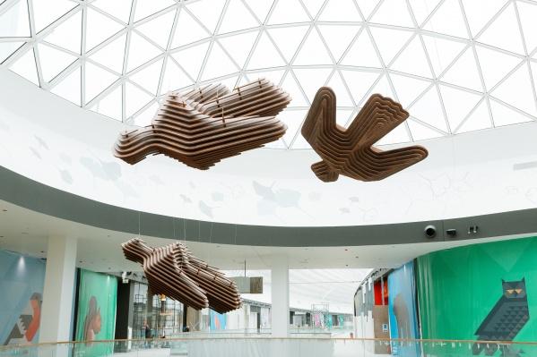 Под стеклянным потолком нового ТРЦ «Планета» парят огромные птицы