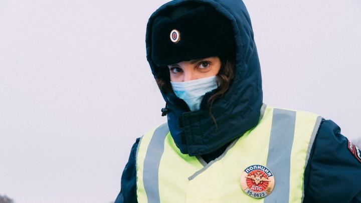 «Включаю хитрость и обаяние»: день с единственной в Омске девушкой — инспектором ДПС