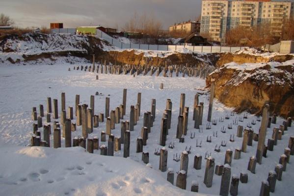 Так территория перспективного ЖК «Янтарный берег» выглядела в 2008 году. За 13 лет на площадке вместо домов выросли только кусты
