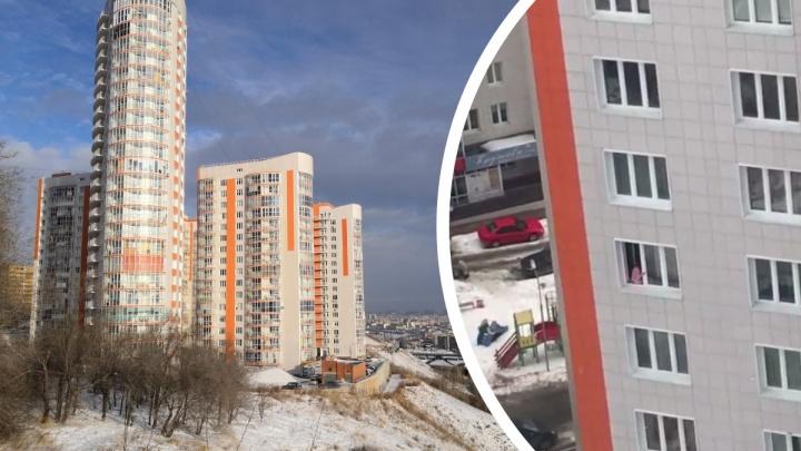 Красноярцы вызвали полицию к девушке, которая два дня вылезала на карниз 13-го этажа ЖК «Орбита»