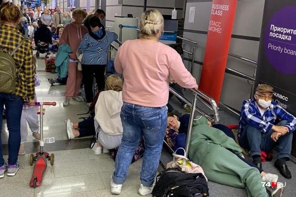 Пассажиры ждут вылета уже около 10 часов