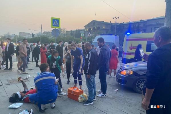 Медики оказывают людям помощь на месте