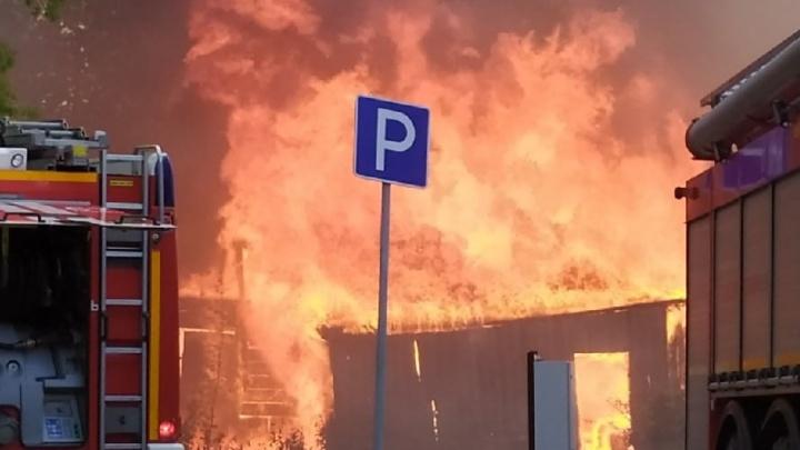 На Лесобазе горит двухэтажный многоквартирник