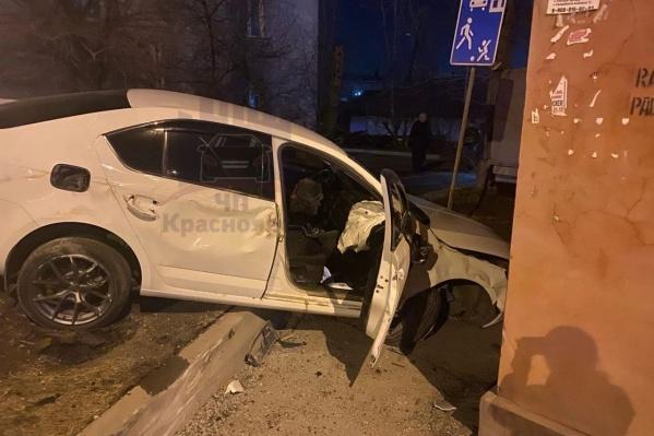 Судя по фото с места ЧП, у машины значительно пострадал моторный отсек, сработала подушка безопасности
