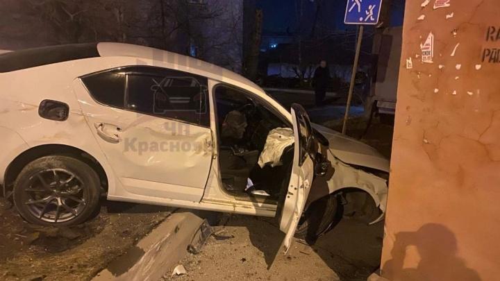Мертвецки пьяный водитель влетел в стену дома на Калинина