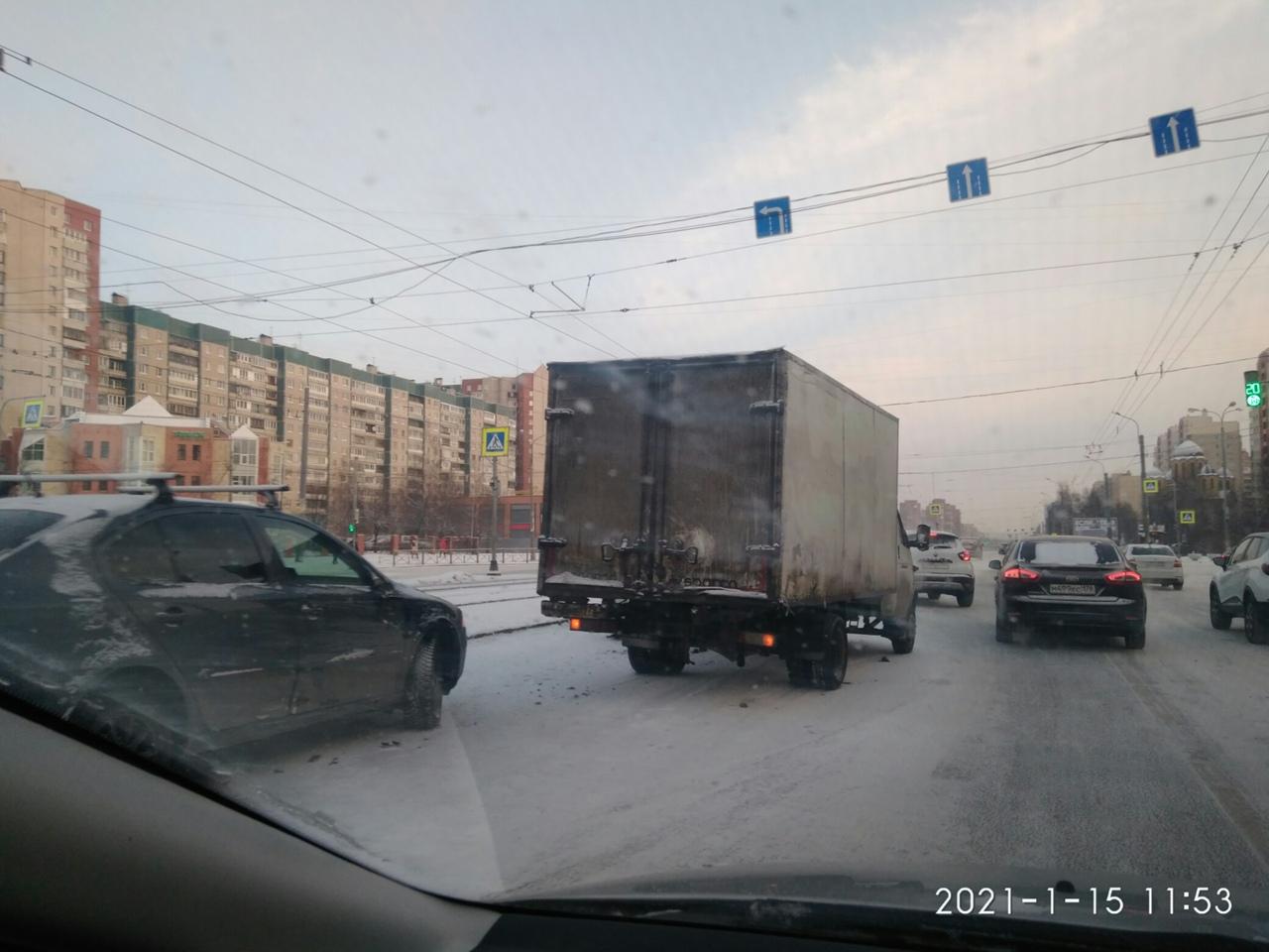 На повороте с улицы Коллонтай на Бадаева «Газель» подмяла белый «Фольксваген»