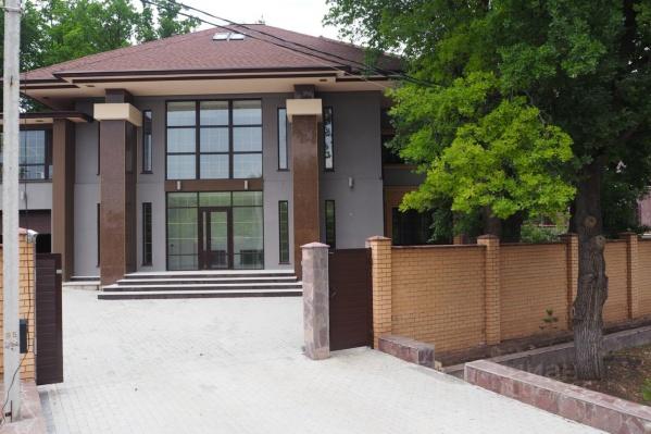 Вместе с участком дом занимает 1000 квадратных метров