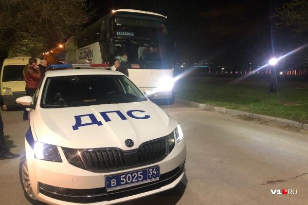 Автобус с родственниками детей сопровождают ГИБДД, медики и представители власти