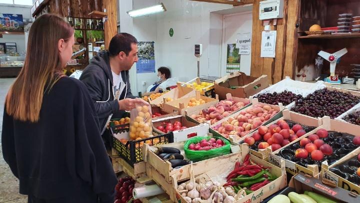 «Смысла обманывать нет»: где выгоднее покупать летние фрукты и ягоды в Ярославле