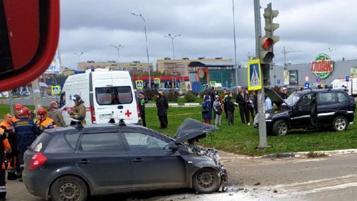 За Волгой в Ярославле во время ДТП загорелась машина: двоих увезли в больницу