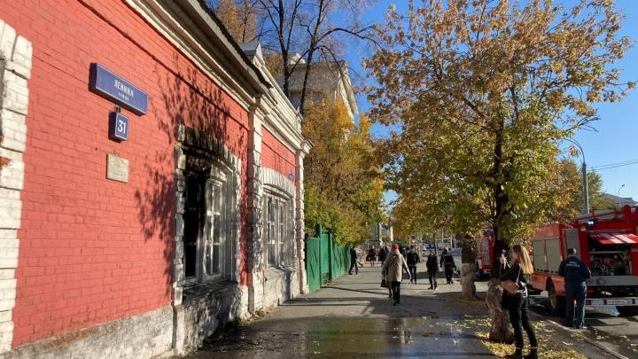 В центре Тюмени загорелось историческое здание